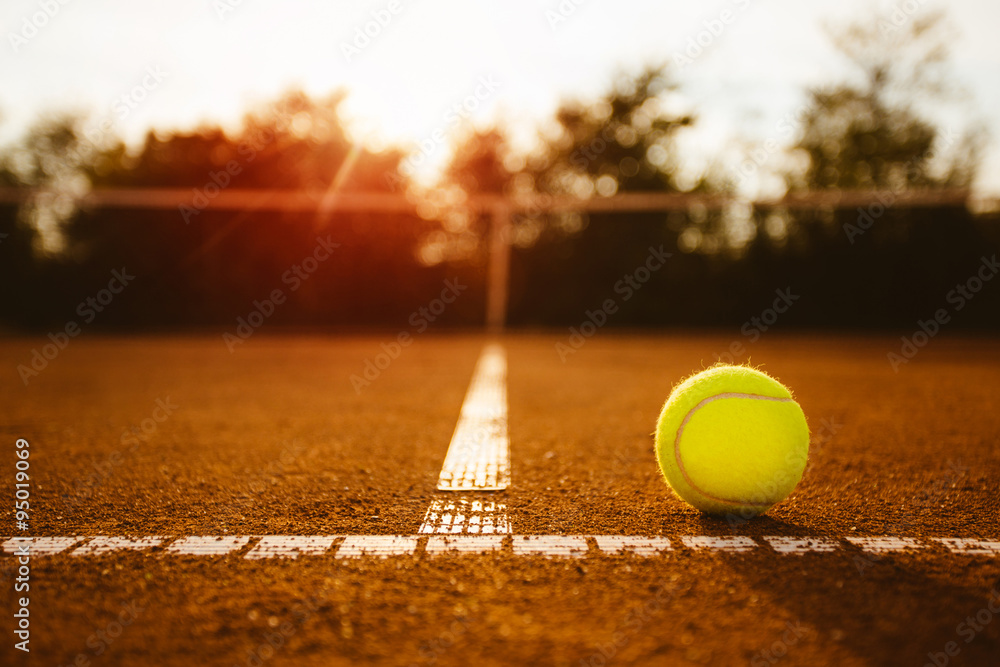 Foto  Ball on a tennis court
