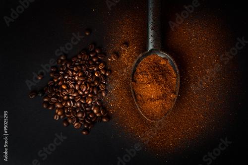 Staande foto Koffiebonen caffè macinato e chicchi di caffè