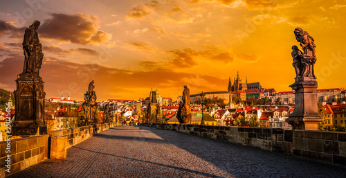 In de dag Praag Charles bridge and Prague castleon sunrise