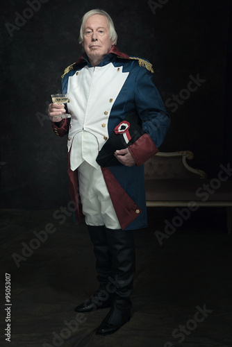 Photo Official portrait of senior man dressed in historical emperor co