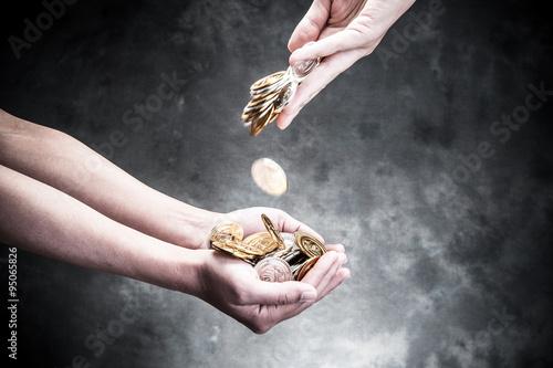 Fotografía  落とされるお金を受け取る手
