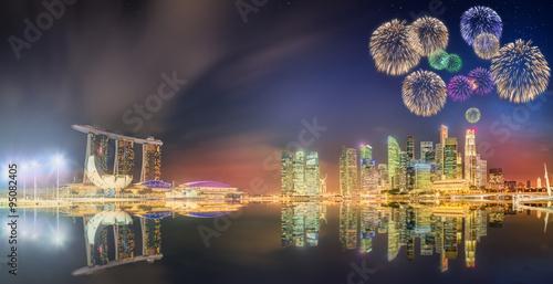 Photo  Beautiful fireworks in Marina Bay, Singapore Skyline