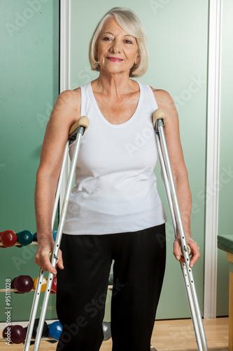 Obraz na płótnie woman with a neck brace using crutches