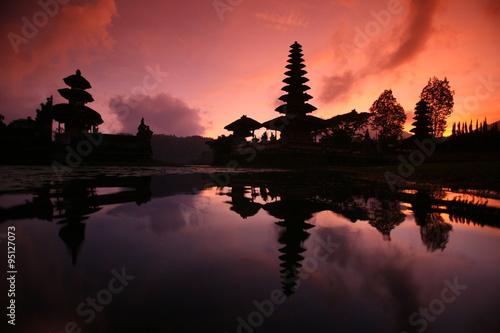 Foto op Plexiglas Indonesië ASIA INDONESIA BALI LAKE BRATAN PURA ULUN DANU TEMPLE