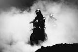 Motocross racer przyspieszający na torze pyłu, czarno-biały, wysoki - 95130458