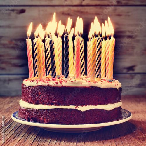 Fotografía  Pastel de cumpleaños con algunas velas encendidas, se filtró