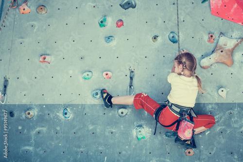 Fotografie, Obraz  Holčička lezení skalní stěny