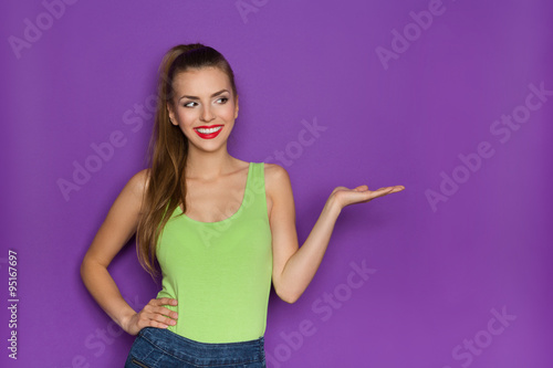 Fotografía  Sexy Girl Showing Product