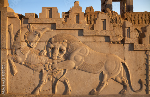Poster Moyen-Orient Bas Relief Carving of a Lion Hunting a Bull in Persepolis of Shiraz