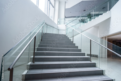 Fotografia empty modern office building interior