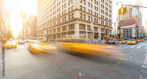 Busy road intersection in Manhattan, New York, at sunset Fototapet