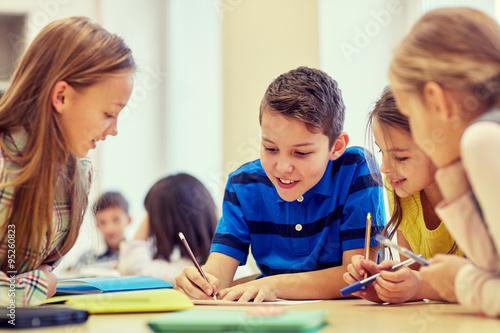 Fotografía  Grupo de estudiantes de hablar y escribir en la escuela