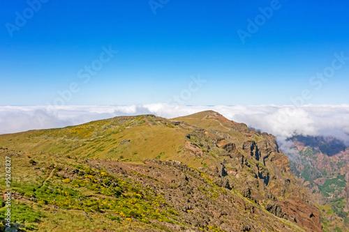 Foto auf Gartenposter Hugel Mountain landscape near Pico do Arieiro