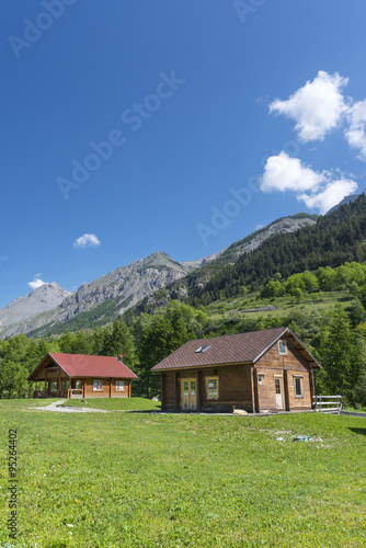 Deurstickers Landschappen Wooden cottages in the Alps