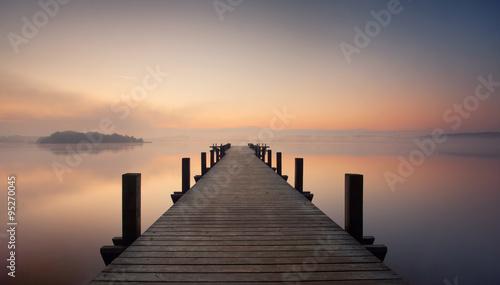 Obraz Mgła nad jeziorem z pomostem - fototapety do salonu