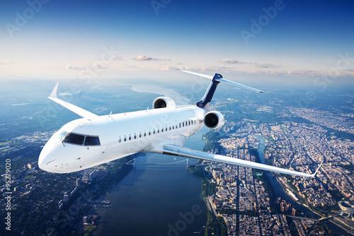 Naklejka premium Prywatny samolot odrzutowy na niebieskim niebie