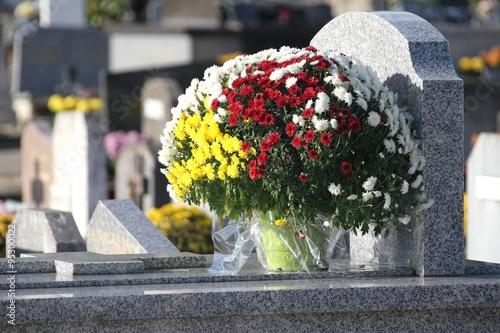 Foto op Canvas Begraafplaats Tombes fleuries au cimetière à la Toussaint