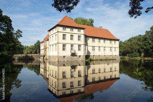 Montage in der Fensternische Schloss Schloss Strünkede in Herne, NRW, Deutschland