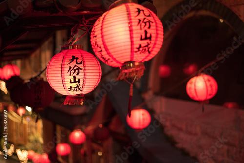 Fotografía  Red Chinese lanterns at night in Jiufen, Taiwan