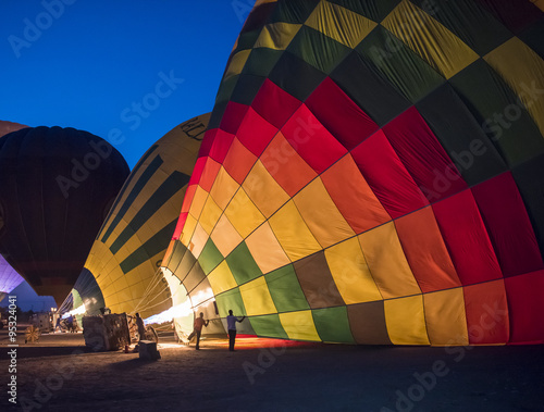 Poster Ballon Hot air balloons being filled at dawn