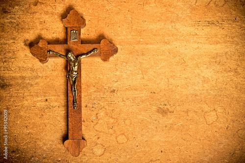 Carta da parati Catholic crucifix on wood