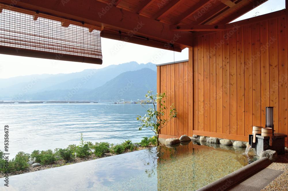 Fototapeta 青空の海沿い温泉露天風呂