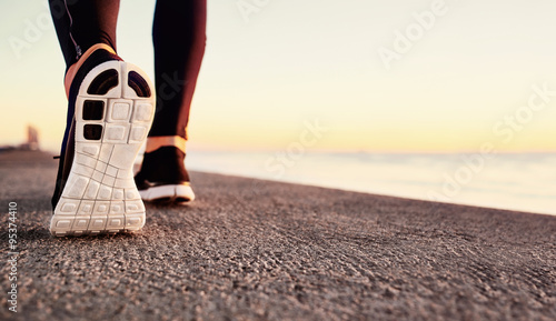 biegacz-mezczyzna-cieki-biega-na-drogowym-zblizeniu-na-bucie-trening-jogger-mezczyzna-fitness-lekkoatletka-w-koncepcji-odnowy-biologicznej-na-wschod-slonca-pojecie-zdrowego-stylu-zycia-sportowego
