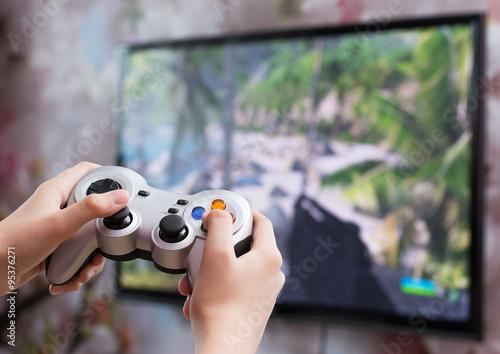 фотографія  Игра в видео игру с контроллером в руках