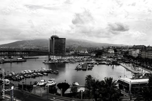 une photo de port noir et blanc
