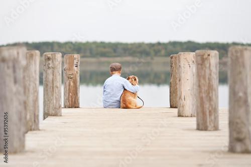 Fotografie, Obraz  Junge umarmt seinen Hund
