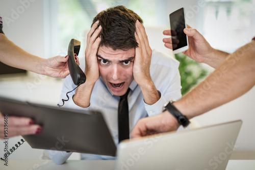 Fotografía  El hombre de negocios con exceso de trabajo