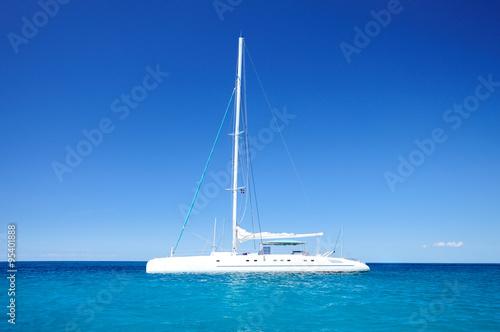 Fotografía Sailing catamaran in the blue carribean sea