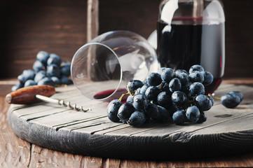 fototapeta świeże winogrona i czerwone wino na stole