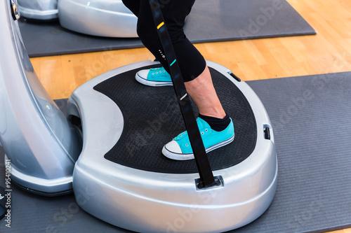 Fotografie, Obraz  Frau beim Sport auf Power Plate im Fitnessstudio
