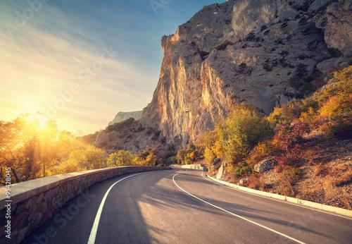 asfaltowa-droga-w-jesien-lesie-przy-wschodem-slonca-gory-krymskie
