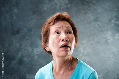 Fototapeta 驚いた顔のシニア女性