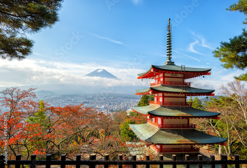 Foto op Plexiglas Japan Mt. Fuji viewed from behind Chureito Pagoda with fall colors in japan.
