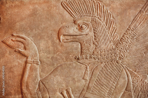 Photo Historical Assyrian relief of bird face genie made in 850BC