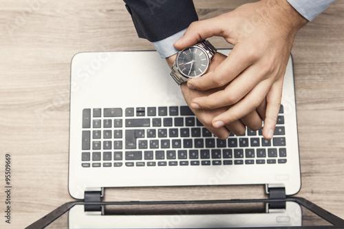 Fotografie, Obraz  mano di uomo in ufficio con orologio al poloso e tastiera di notebook