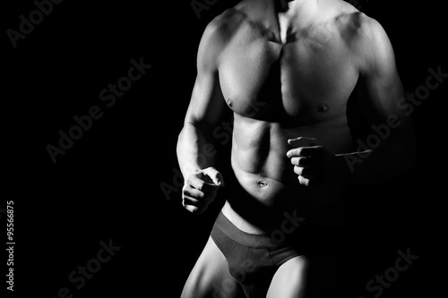 Fototapety, obrazy: Un uomo indossa slip intimi e mostra i pugni