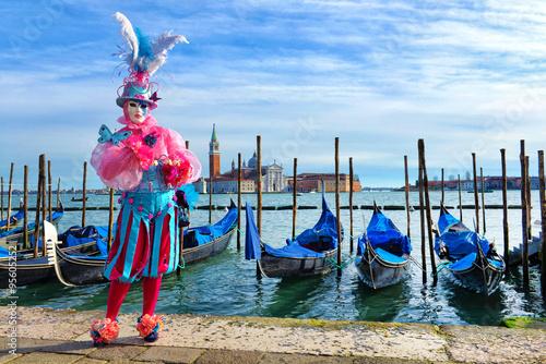 Venezia, paesaggio con maschera.