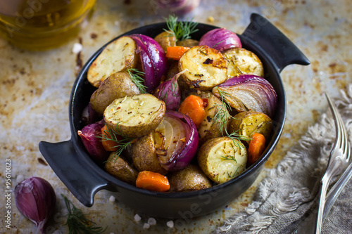 Foto  roasted potatoes with  onions, carrot and garlic