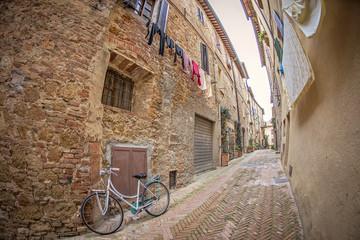 włoska wąska uliczka z praniem i rowerem