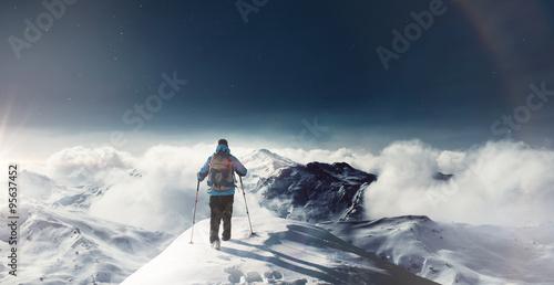 Fotografie, Obraz  Poutník auf schneebedeckten na vrchol