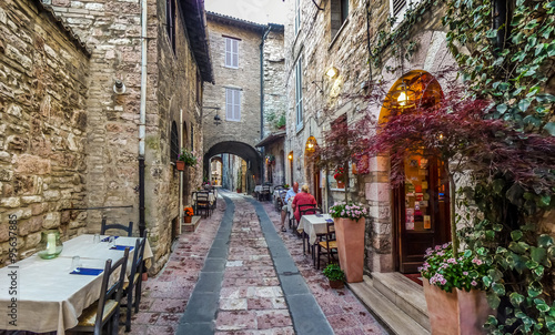 In de dag Smal steegje Romantic dinner place in a beautiful alley in the ancient town of Assisi, Umbria, Italy