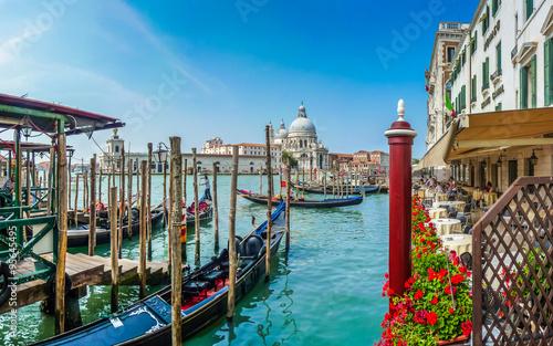 piekny-widok-na-canal-grande-z-gondolami-i-bazylika-santa-maria-della-salute-wenecja-wlochy