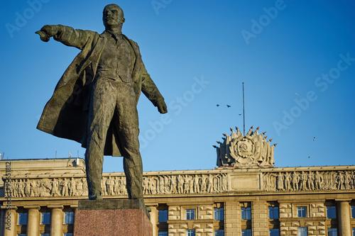 Photo Памятник владимиру ильичу ленину на фоне здания дом советов всанкт петербурге