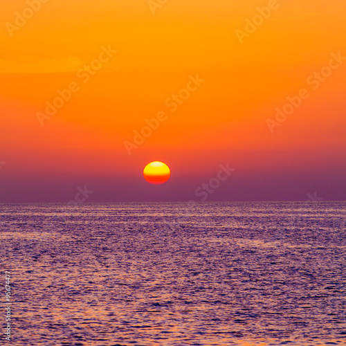 Foto op Plexiglas Crimson Beautiful sunset over the sea. beauty landscape. Wonderful sunri