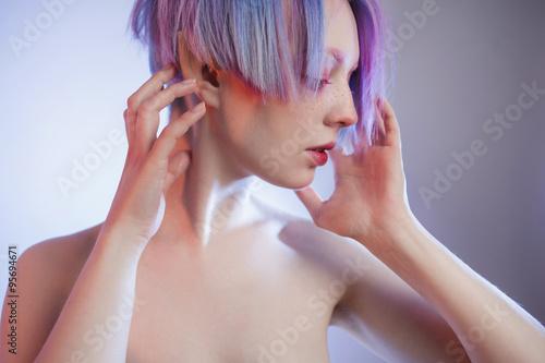 Fotografie, Obraz  Mladá dívka s růžovými očima a vlasy, jako panenka