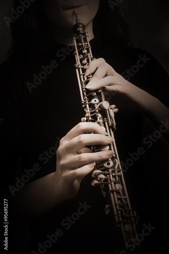 La pose en embrasure Musique Oboe hands musical instrument